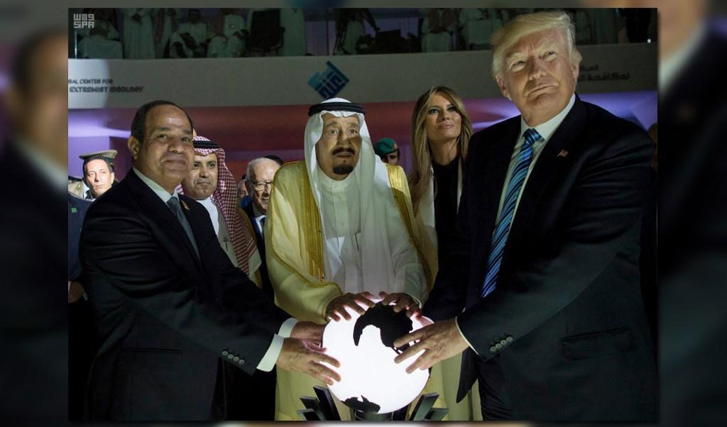 Trump participó en la inauguración del centro y colocó también sus manos sobre la esfera