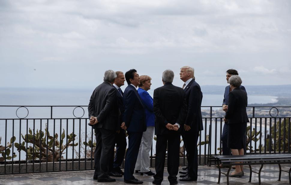 Trump se unió al grupo y disfrutaron de las vistas del mar Jonio y del imponente volcán Etna