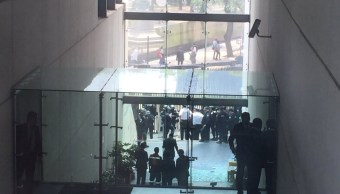 Los manifestantes intentaron entrar por la fuerza al Senado. (Noticieros Televisa)