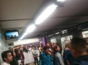 Usuarios del metro son afectados por una falla electrica