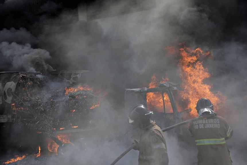 Vehículos incendiados durante enfrentamientos en Brasil