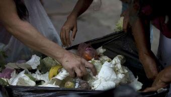 Venezolanos buscan comida entre la basura