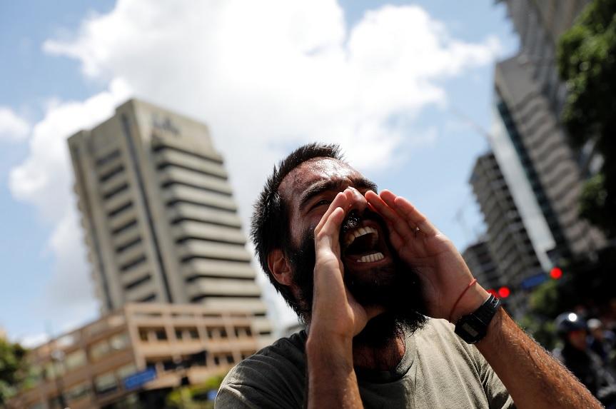Un partidario de la oposición grita consignas durante una manifestación en Caracas (Reuters)