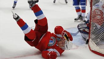 Putin juega un partido de hockey en Rusia