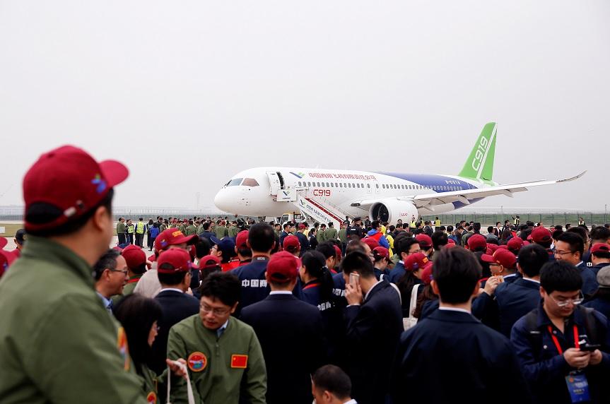 La gente se reúne en torno al avión de pasajeros C919 de origen chino (Reuters)