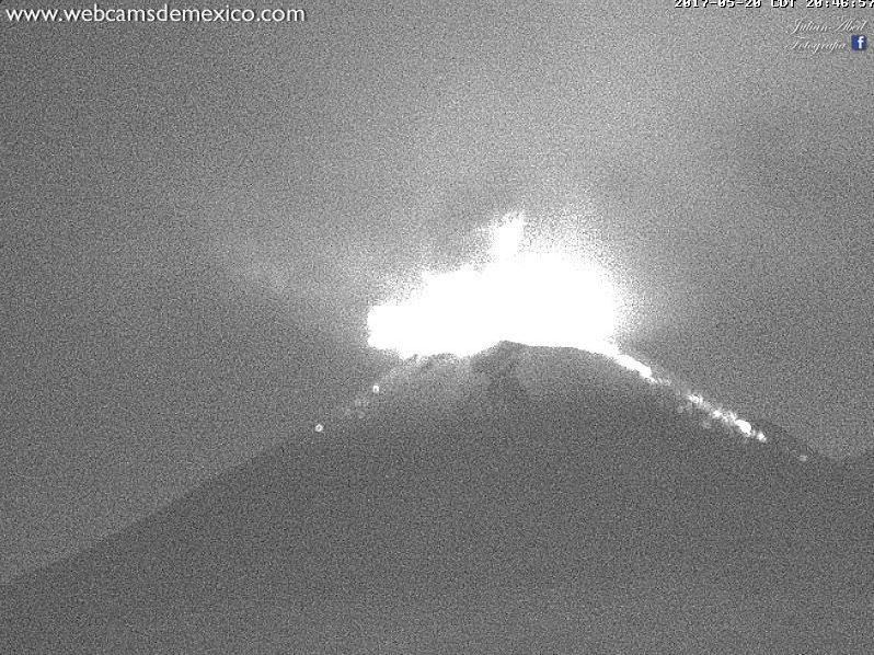Volcán Popocatépetl registra salida de material incandescente tras explosión