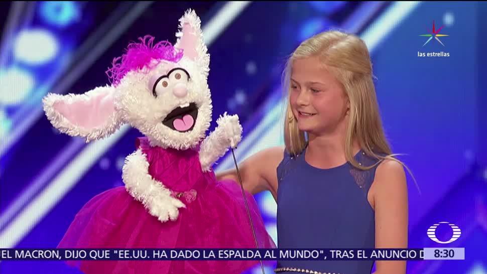 Niña, marioneta, conejo, roba show de TV