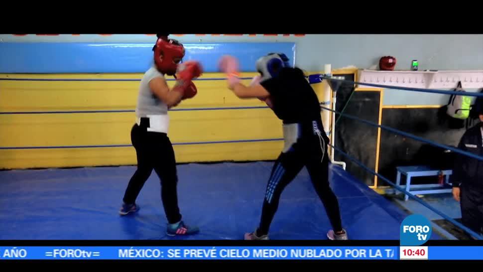 Perla, mujer joven, practica box, campeona mundial