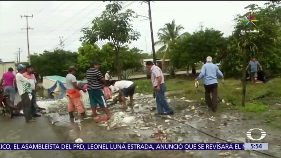 Tabasco, habitantes de comunidades, carretera Villahermosa-Cárdenas, camioneta volcada