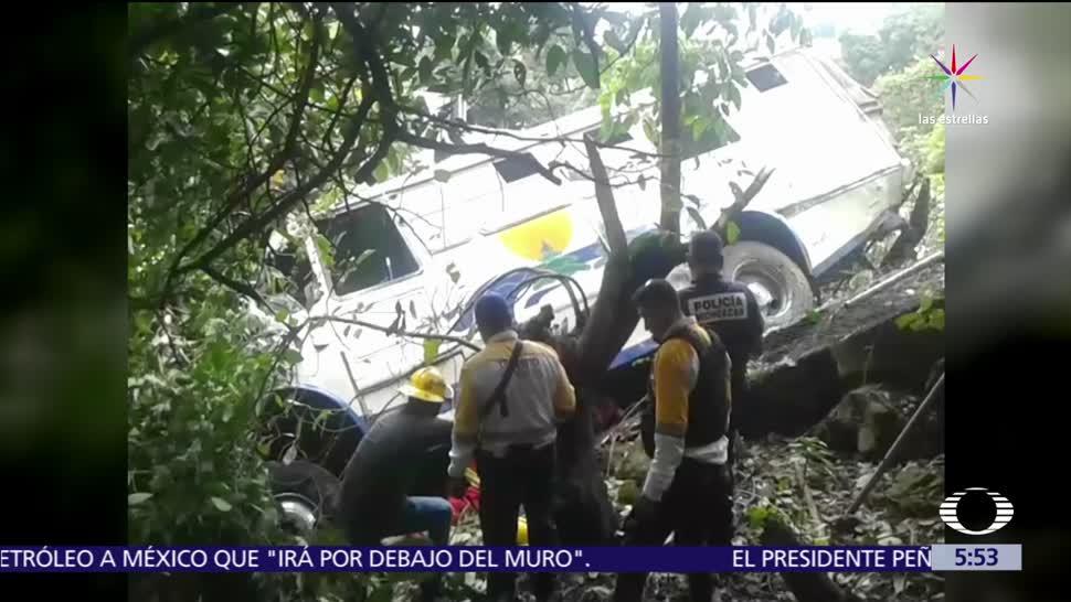 noticias, televisa, Cae autobús, barranco, Michoacán, mueren dos personas