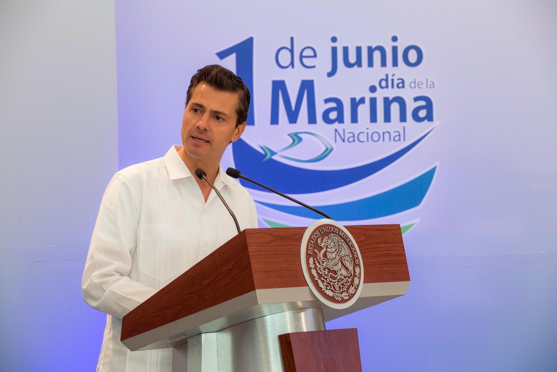 Encabeza Peña Nieto ceremonia del Día de la Marina en Lázaro Cárdenas