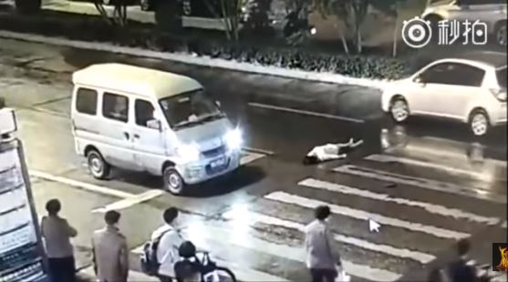 mujer atropellada, atropellamiento, accidente de tránsito, emergencia, china