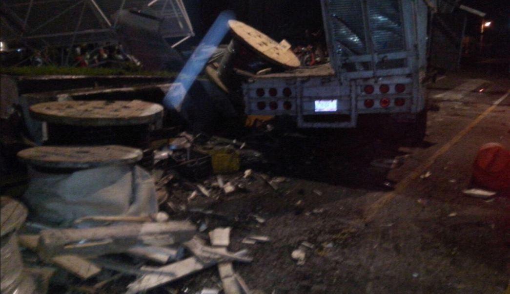 Un trailer choca contra una caseta en michoacan