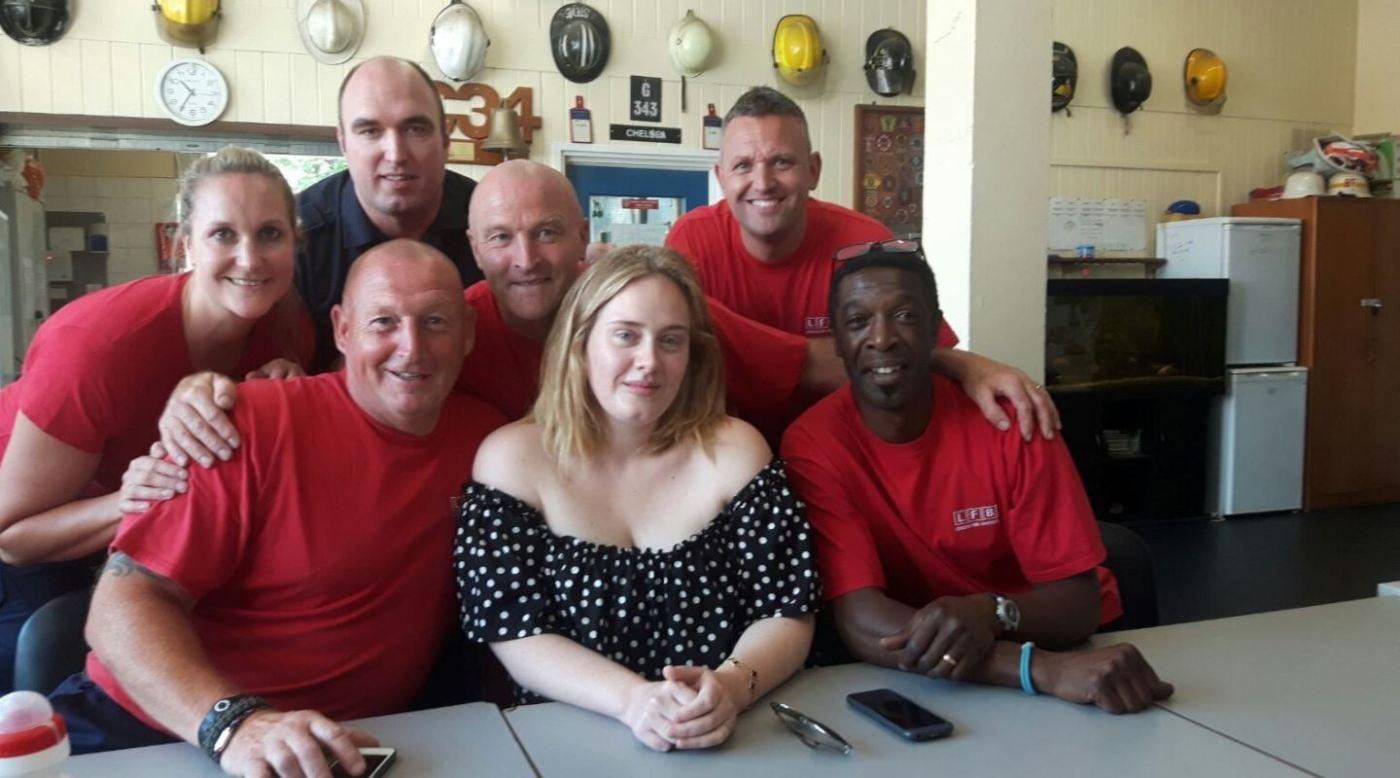 Adele visita a bomberos de Londres tras incendio en la Torre Grenfell