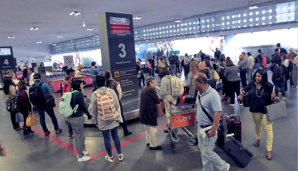 pasajeros documentan su equipaje en el aicm
