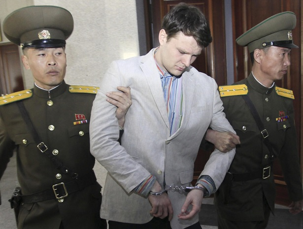 Libera Corea del Norte a estudiante de EU, pero en coma