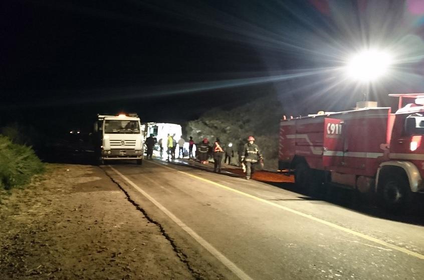 Autobús volcado en una carretera de Mendoza, Argentina (EFE)
