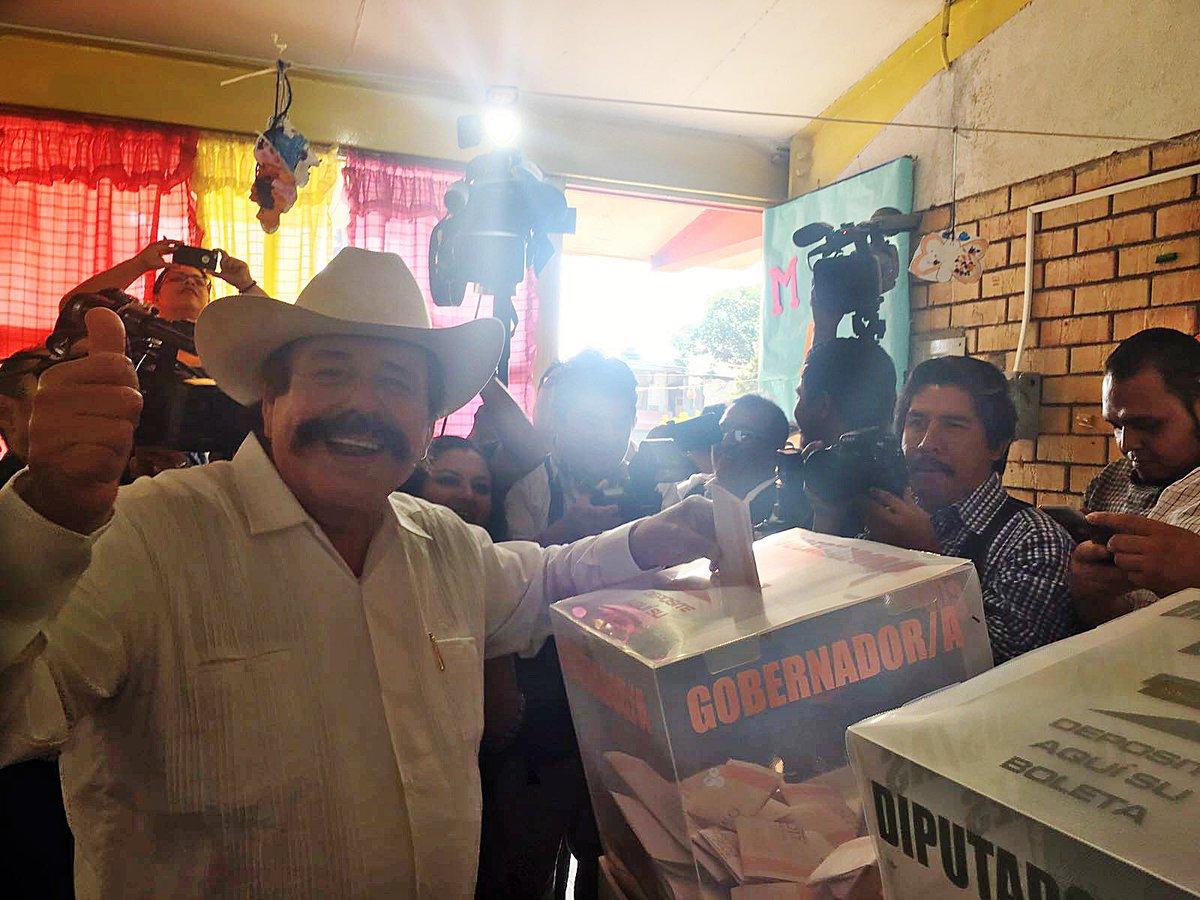 Armando Guadiana, candidato de Morena vota en Coahuila