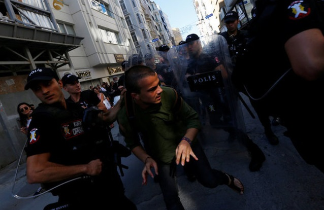 Autoridades arrestan a participantes de marcha LGBT en Estambul, Turquía (Reuters)