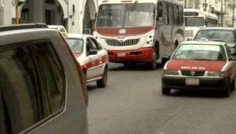 Autos y autobuses de transporte público circulan en calles de Veracruz