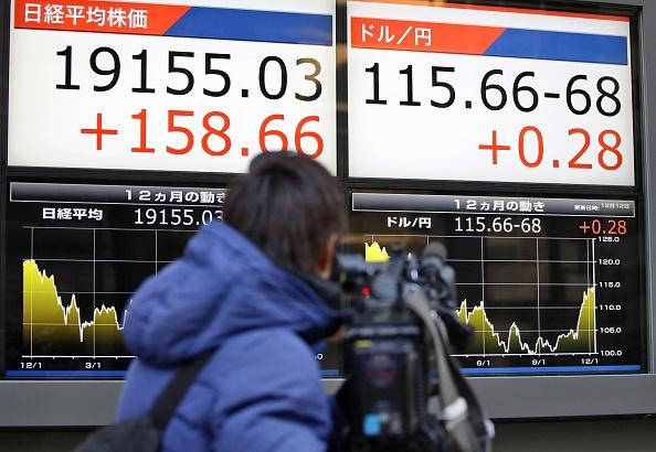 Tablero con resultados positivos de la Bolsa de Tokio