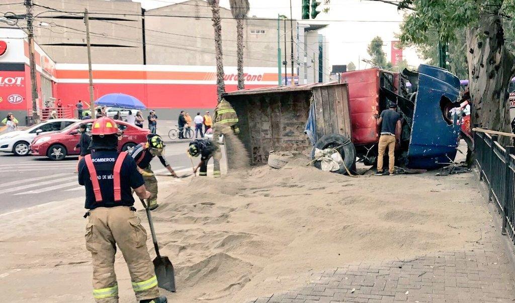 Bomberos laboran en la volcadura de un camión en Legaria