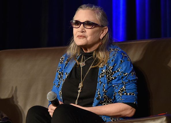 carrie fisher da una conferencia en un evento de comics