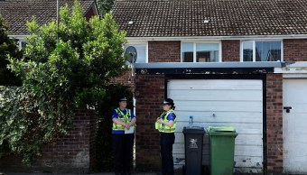 Agentes de policía se encuentran en la casa de Darren Osborne, en Cardiff, al norte de Londres (Reuters)