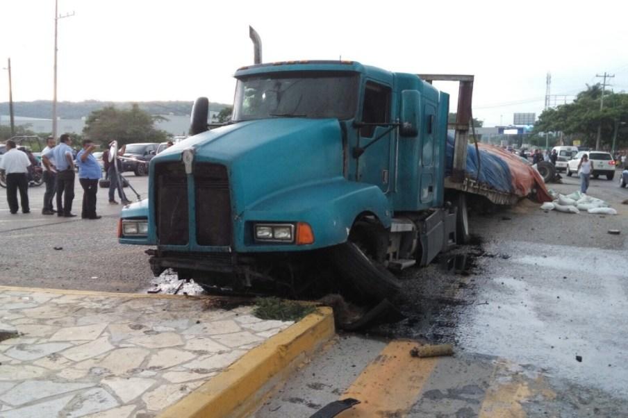 Sin vida terminó el chofer de un tráiler que chocó este viernes en Tuxtla, Gutierrez, Chiapas. (Twitter: @chiapasminuto)