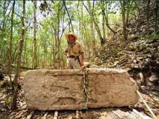 Un arqueologo estudia la ciduad de chactun en campeche