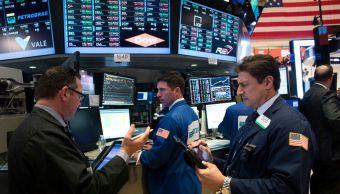 Corredores en el piso de remates de Wall Street