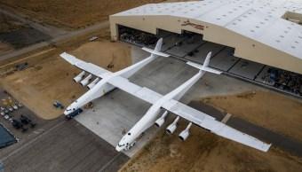 Avión más grande del mundo Stratolaunch sale del hangar para pruebas