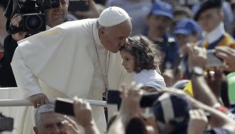 El papa besa a una nina en el Vaticano