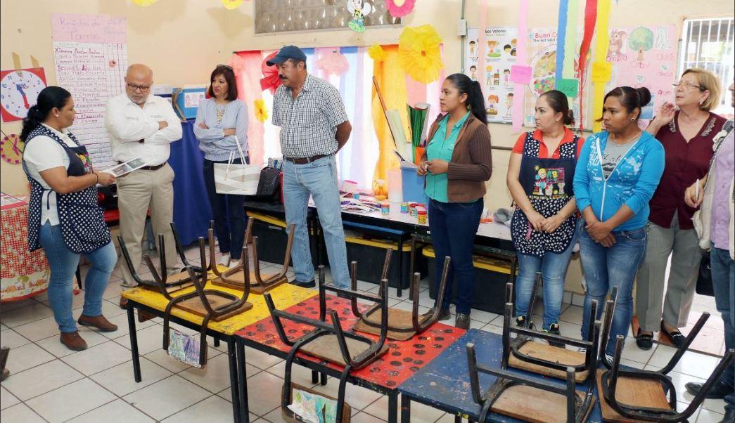 Niños de jornaleros migrantes estudian en colima