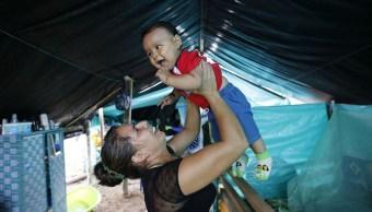 Jerly Suárez, militante de las FARC, sostiene a su bebé