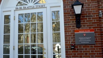 Fachada de edificio en la Universidad de Harvard