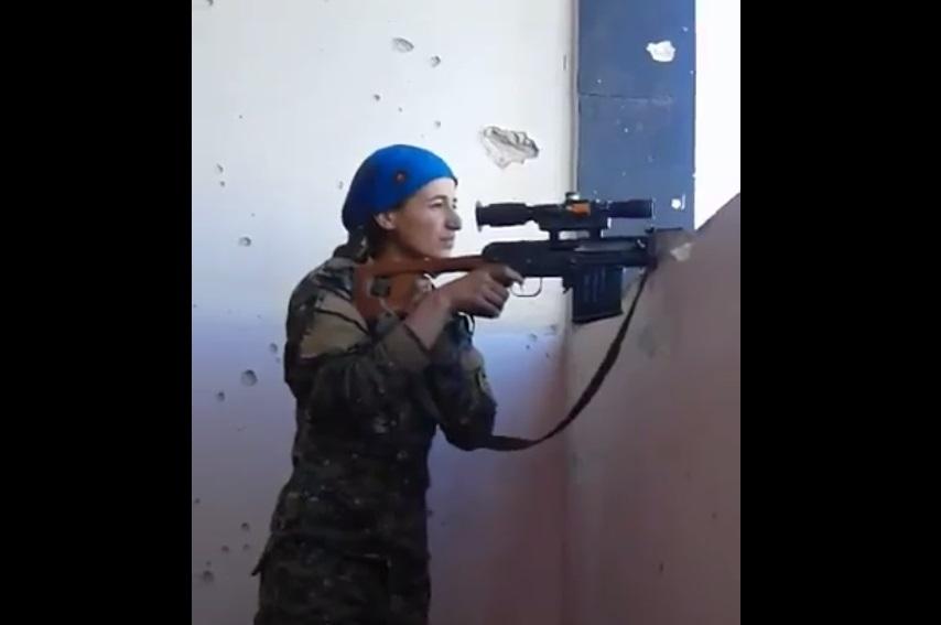 La muerte pasa por una pulgada en la cabeza de una francotiradora kurda mientras combate al Estado Islámico (Foto: Mirror)