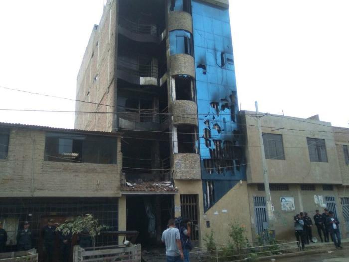 Incendio en edificio residencial de Perú (Twitter)