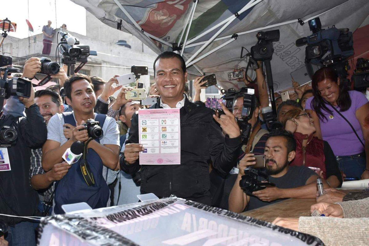 Juan Zepeda vota en Nezahualcóyotl