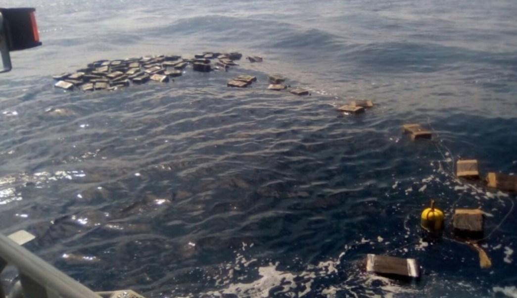 Fueron incautadas frente a Los Cabos casi dos toneladas de cocaína. (Semar)