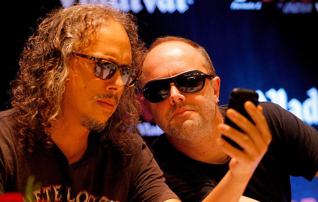 Anciano disfrutando de canción de Metallica causa sensación — YouTube
