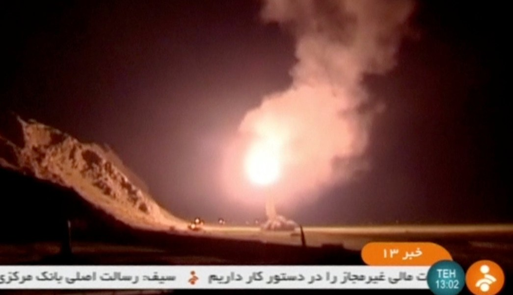 Una imagen fija tomada de la televisión iraní IRINN, que muestra los misiles disparados de Irán al este de Siria (Reuters)