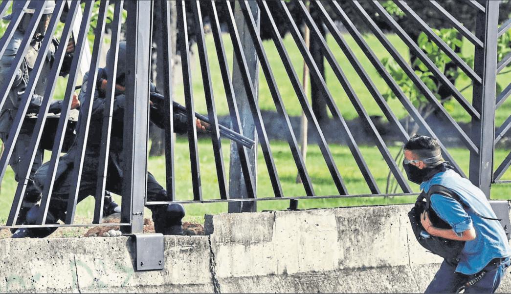 Momento en que disparan a joven manifestante en Venezuela