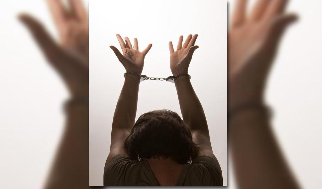 Una mujer es esposada por cometer un delito