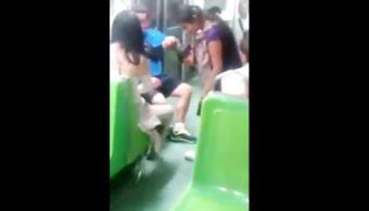 Joven regala sus tenis a una mujer descalza en el metro de la CDMX
