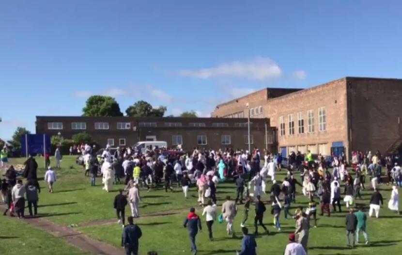 Una multitud celebraba la festividad musulmana del Eid al-Fitr, en Newcastle, Inglaterra (Twitter: @HuSiNAk94)