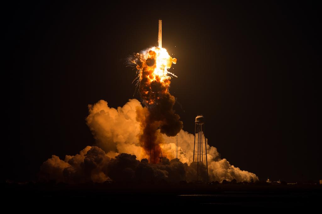 Terrier Malemute, nubes colores, NASA, cohete