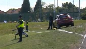 Policías vigilan un automóvil que atropellara a seis personas en Newcastle (Reuters)