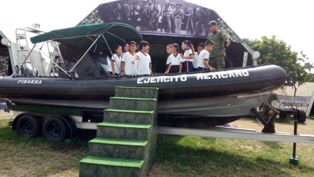 Ninos convivieron con los militares en la Expo. Militar Fuerzas Armadas pasión por Servir a México