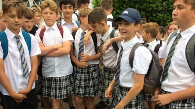 Los niños, apoyados por sus familias, encararon la protesta con buen humor